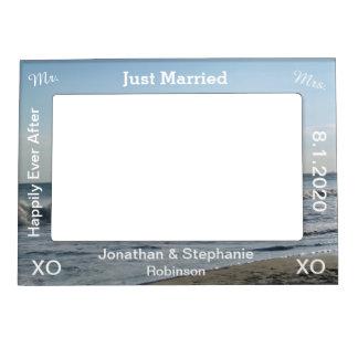 たった今結婚しましたの青いビーチの砂の結婚式 マグネットフレーム