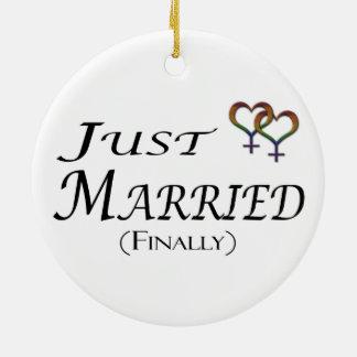 たった今結婚しましたの(最終的に)レズビアンのプライド セラミックオーナメント