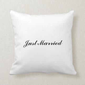 """""""たった今結婚しました""""の枕 クッション"""