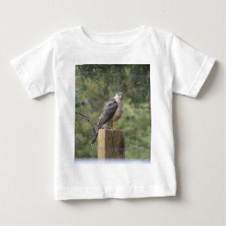 たる製造人のタカ ベビーTシャツ