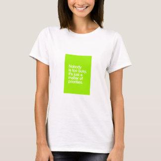 だれも余りに忙しくないです優先順位の公正な問題V Tシャツ