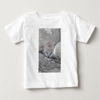 ちょうどあなたおよび食べることを凝視している最もかわいいワラビー ベビーTシャツ