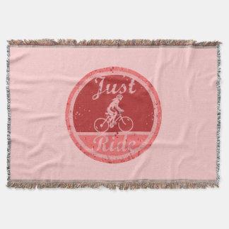 ちょうど乗車のピンクのペンキはメスのサイクリストのためにはねかけます スローブランケット