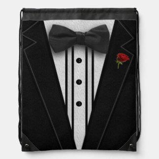 ちょうネクタイが付いている黒いタキシード ナップサック