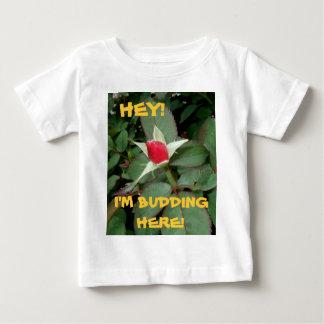 ちょっと! 私はここに発芽しています! (~は5)上がりました ベビーTシャツ