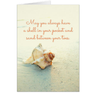 つま先間のあなたの小型の砂の貝はカードを浜に引き上げます カード