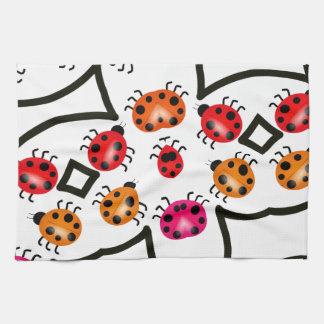 てんとう虫はピンク、かわいい昆虫で模造します キッチンタオル