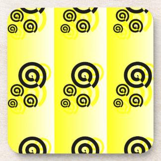 で写実的な黄色及び黒い渦巻コースター コースター