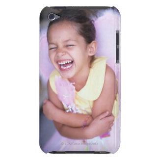 として服を着る若い女の子(6-8)のポートレート Case-Mate iPod TOUCH ケース