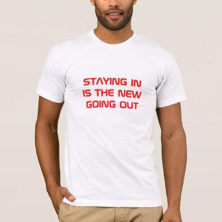 とどまることは新しい出かけることです Tシャツ