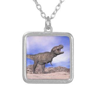 とどろいているティラノサウルス・レックス- 3Dは描写します シルバープレートネックレス