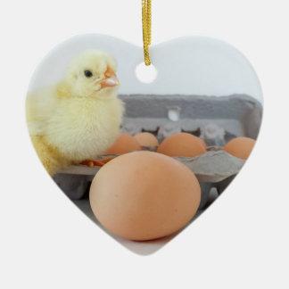 とび色の卵が付いているひよこおよび卵のカートン セラミックオーナメント