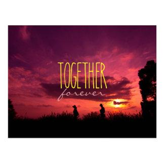 ともにラベンダー分野の日没の永久にカップル ポストカード
