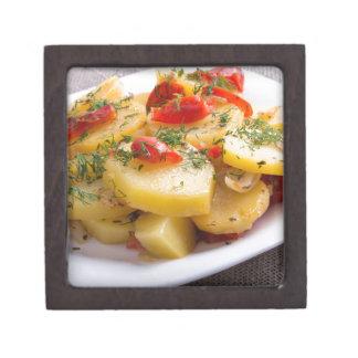 とろ火で煮られたポテトの菜食主義皿のクローズアップの眺め ギフトボックス