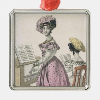 と整うピンクのオーガンジーの服の若い女性 メタルオーナメント