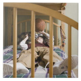 と遊ぶベッドにあっている男の子(11-13) タイル