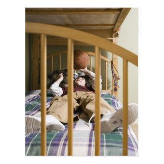 と遊ぶベッドにあっている男の子(11-13) ポストカード