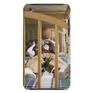 と遊ぶベッドにあっている男の子(11-13) Case-Mate iPod TOUCH ケース
