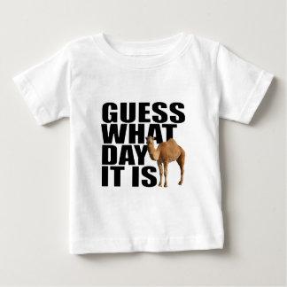 どんな日をそれがこぶ日のラクダであるか推測 ベビーTシャツ