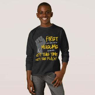 ないこの場所の男の子の暗い長袖のTシャツ Tシャツ