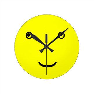 にこやかな文字盤 ラウンド壁時計