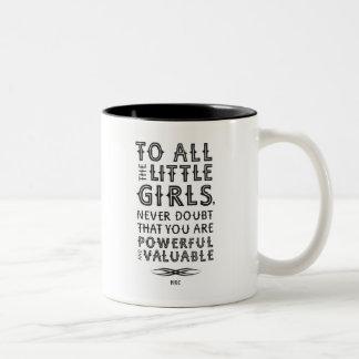 にすべての小さな女の子(マグ) ツートーンマグカップ