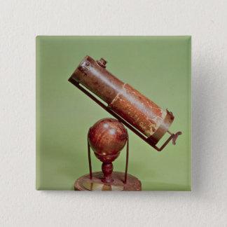 にアイザックニュートン1671年属する望遠鏡 5.1CM 正方形バッジ
