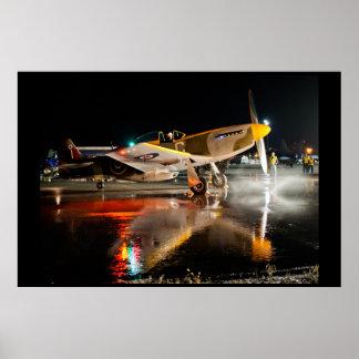 ぬれたタールマカダム舗装のP-51ムスタング ポスター