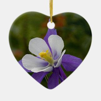 ぬれた紫色のオダマキ(植物) セラミックオーナメント