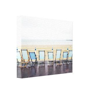 ぬれた、捨てられたビーチのDeckchairs キャンバスプリント