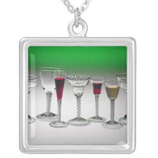 ねじれの茎が付いているワイングラスのコレクション シルバープレートネックレス