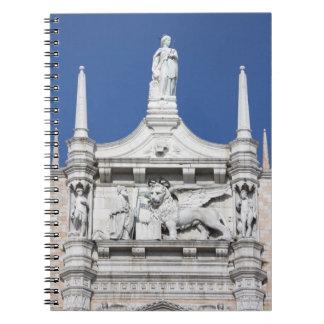 の前の総督の彫像が付いている総督の宮殿 ノートブック
