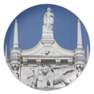 の前の総督の彫像が付いている総督の宮殿 プレート