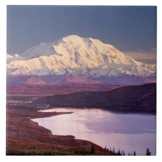 の日の出で湖およびMt. Denaliを疑問に思って下さい タイル