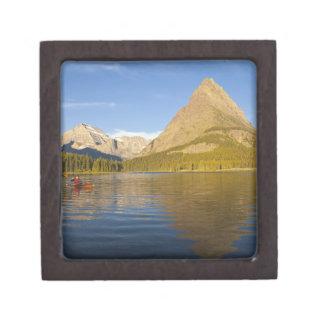 の日の出のSwiftcurrent湖でカヤックを漕ぐこと ギフトボックス