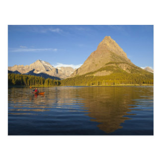 の日の出のSwiftcurrent湖でカヤックを漕ぐこと ポストカード