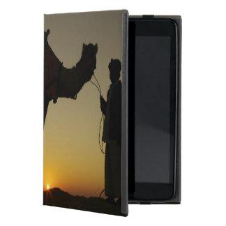 の日没でシルエットを描かれる人および彼のラクダ iPad MINI ケース