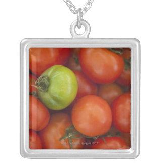 の販売のための1つの緑1の赤いトマト シルバープレートネックレス