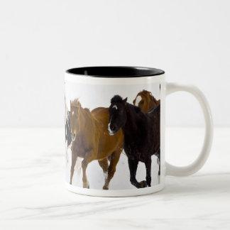 の連続した馬の景色冬 ツートーンマグカップ
