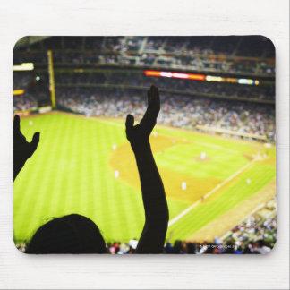 の野球ファンの振る手のシルエット マウスパッド