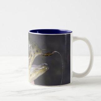 はえの魚釣り- BRFFFのコーヒー・マグで引っ掛けられて得て下さい ツートーンマグカップ