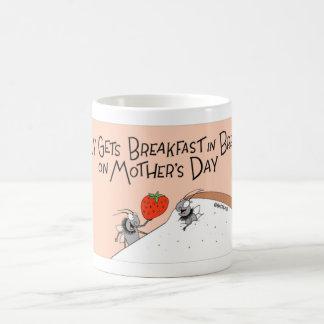 はえはベッドの朝食を得ます コーヒーマグカップ