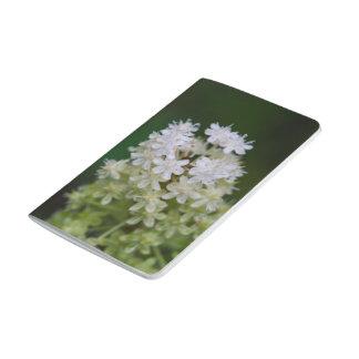 はえ毒白い野生の花の花の小型ジャーナル ポケットジャーナル