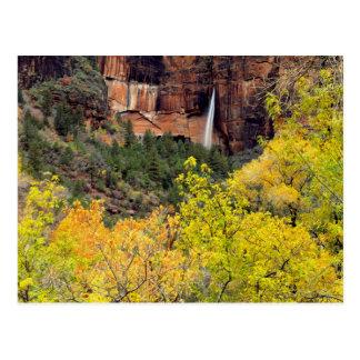 はかない滝は崖のスロットから注ぎます ポストカード