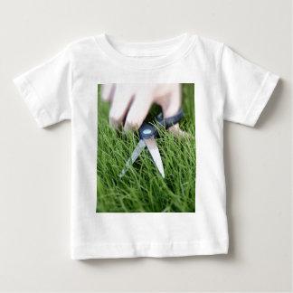 はさみの草の切断 ベビーTシャツ