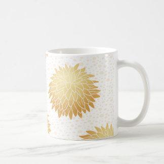 (ばちゃばちゃ)跳ねるの背景が付いている金ゴールドの菊 コーヒーマグカップ