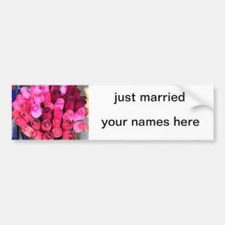 ばら色の花束のたった今結婚しましたのバンパーステッカー バンパーステッカー