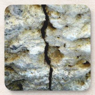ひびが付いている荒い石 コースター