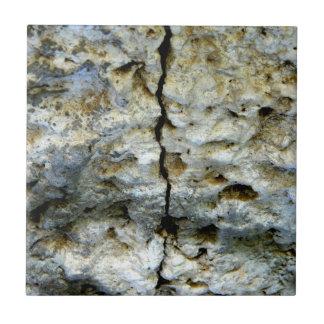 ひびが付いている荒い石 タイル