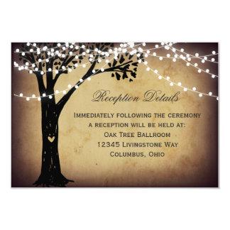 ひもは素朴な木の結婚披露宴カードをつけます カード
